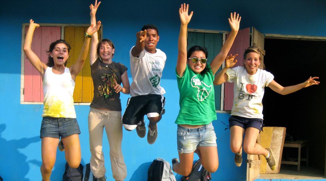 Voluntarios celebran después de renovar una primaria de su voluntariado para jóvenes en Ghana.